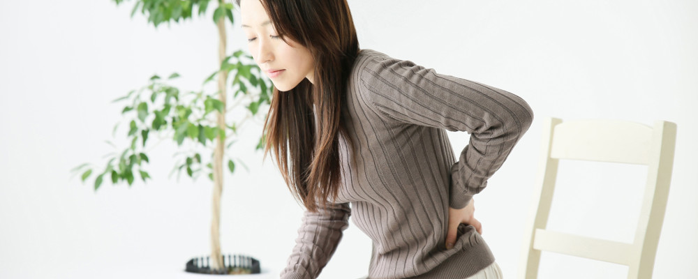 腰の痛みが辛い女性