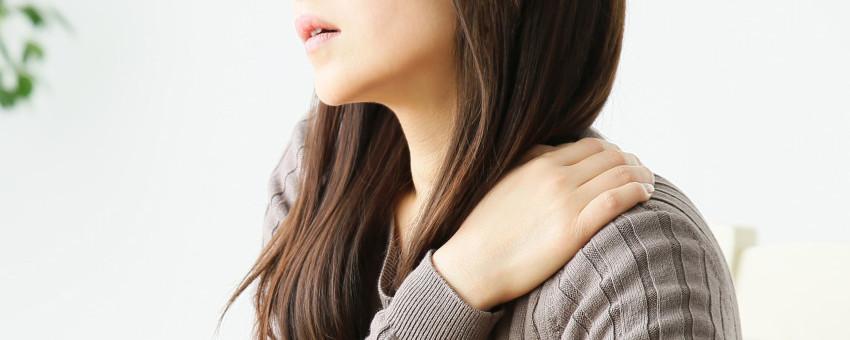 肩の痛い女性