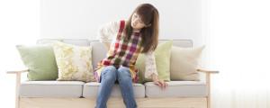 腰の痛みに耐える女性