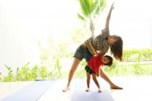体操する親子