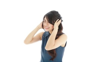 頭痛する女性